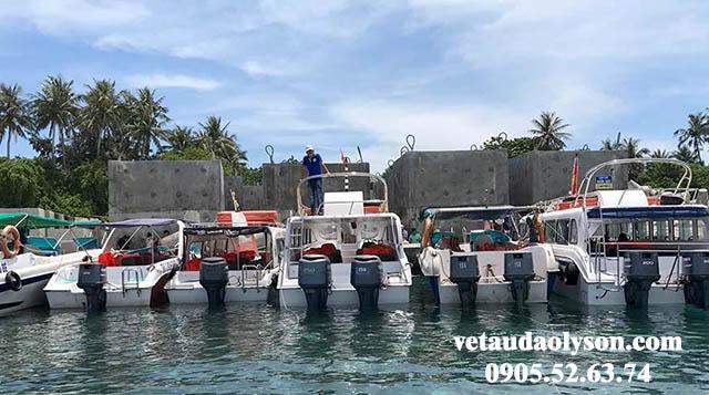 Ca nô chở khách ra Đảo Bé