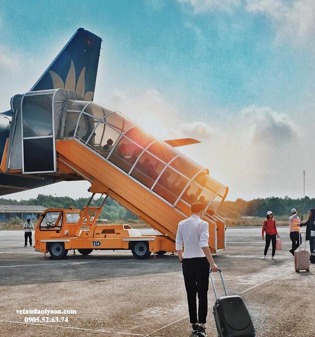 Máy bay hạ cánh xuống sân bay Chu Lai