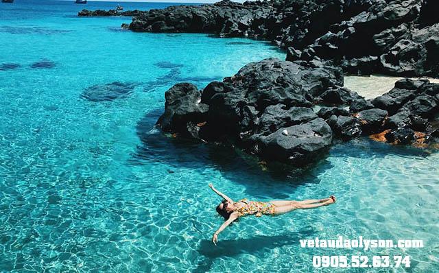 Thả mình ở bãi tắm Đảo Bé
