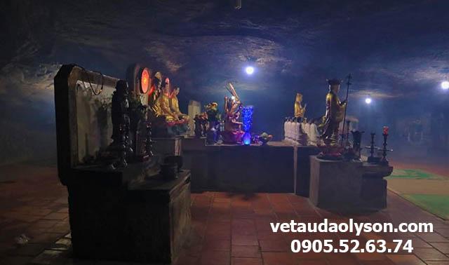 Bàn thờ bên trong Chùa Hang
