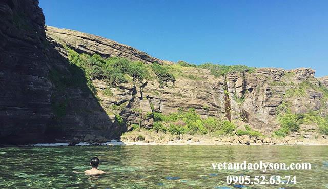 Những vách đá Hang Câu được thiên nhiên điêu khắc theo thời gian