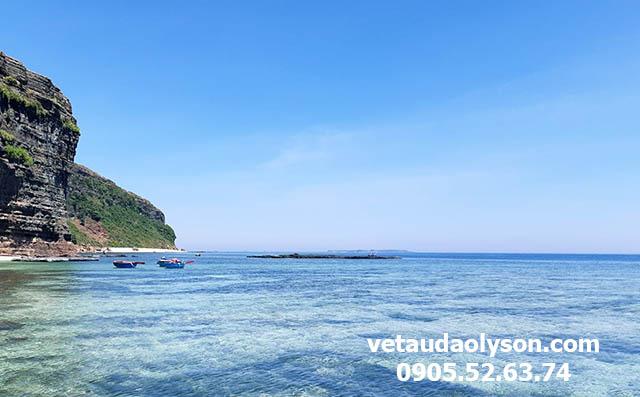 Nước biển Hang Câu trong veo