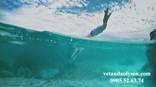 Nước ở bãi tắm Lý Sơn trong xanh như ngọc