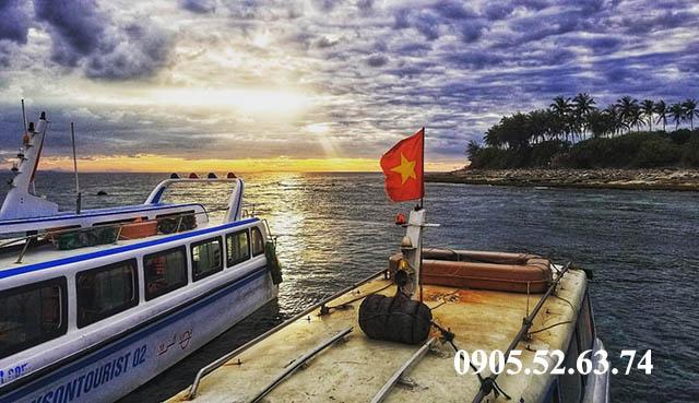 Tàu neo đậu Đảo Bé Lý Sơn
